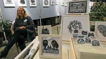 Lisa Jost aus Frick ist mit ihren filigranen Papierschnitten in Au-Veltheim zu Gast. Vreni Klaus, Co-Präsidentin der Kulturvereinigung «Välte läbt», begrüsst die Gäste an der Vernissage. Fred Charen, Schöftland, präsentiert seine Oloiden (geometrische Körper) aus Stein.