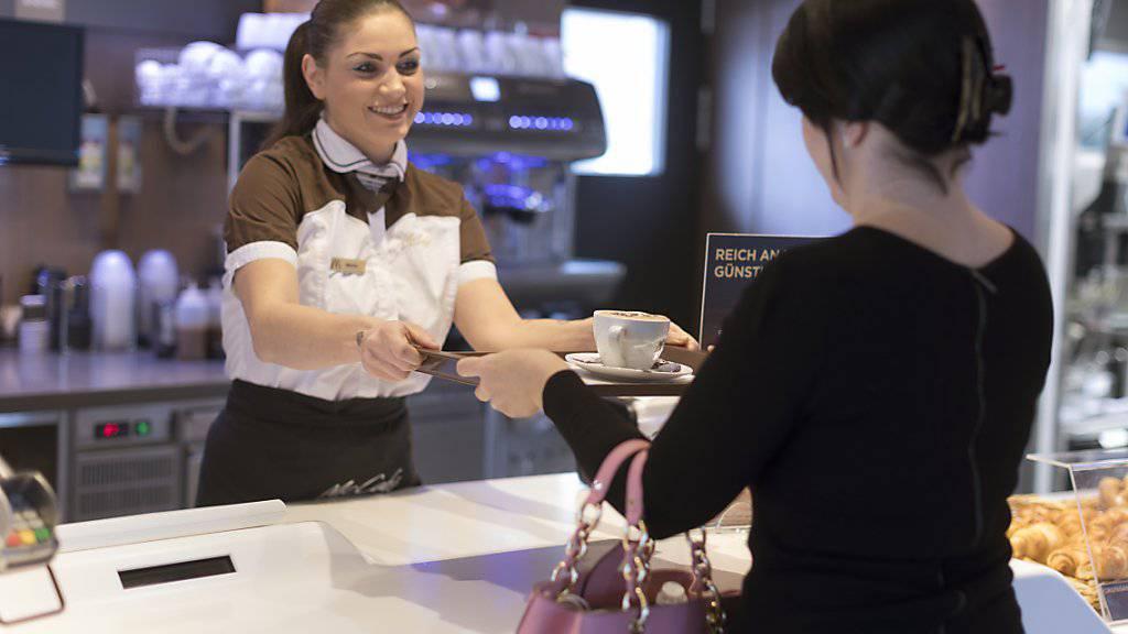 In Deutschland wird künftig der Kaffee in allen McDonald's-Filialen in der Tasse gereicht. In der Schweiz ist dies erst in den Filialen von McCafé der Fall.