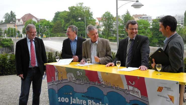 v.l.: Daniel Vuillamy (Leiter Stabsdienste, CH), Claudius Beck (Kulturamtsleiter, DE), Eberhard Niethammer (Oberbürgermeister, DE), Franco Mazzi (Stadtammann, CH) und Patric Burkard (OK-Präsident, CH)