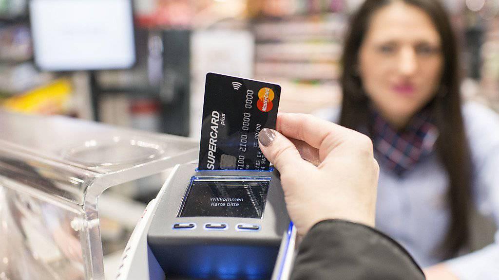 An der Kasse nutzen Konsumentinnen und Konsumenten hierzulande meistens Debitkarten als Zahlungsmittel. Hoch im Kurs sind beim Bezahlen zudem Bargeld und Kreditkarten, wie eine Studie zeigt.(Symboldbild)