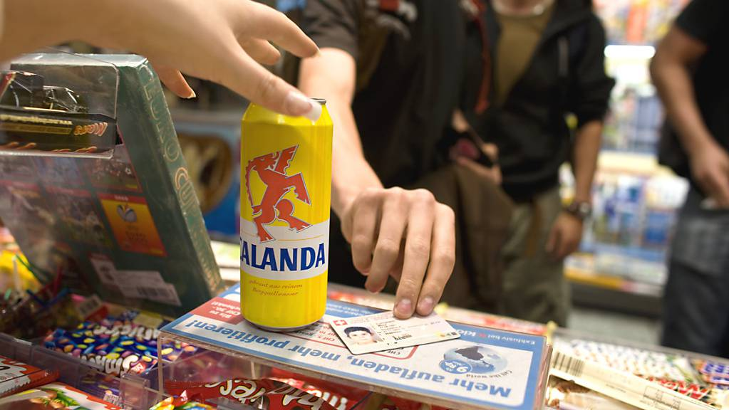 Eine neue App soll dem Verkaufspersonal mehr Sicherheit beim Verkauf von alkoholischen Getränken an junge Konsumenten geben. (Archivbild)