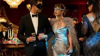 Masken sind noch fast das Gefährlichste an «Fifty Shades Darker» – Jamie Dornan als Christian Grey und Dakota Johnson als Anastasia Steele. Universal Pictures