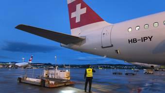 Vor dem Abflug: ein Swiss-Pilot kontrolliert sein Flugzeug (Archiv)