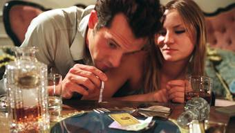 Drogen sind zwar illegal, aber trotzdem ein Wirtschaftsfaktor: Kokain-Szene aus dem Schweizer Film «Snow White».