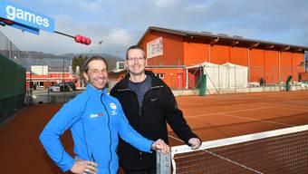 """Roberto Borghi (links) und Heinz Büttler planen eine neue Minigolf-Anlage auf zwei Tennis-Aussenfeldern im Moos in Balsthal. Die """"alte"""" Minigolf-Anlage südlich der Badi, nur wenige hundert Meter von der geplanten neuen Anlage der beiden Fitnexx-Inhaber, ist seit zwei Jahren geschlossen."""