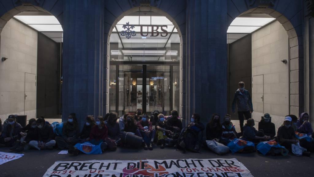 Die Aktivistinnen und Aktivisten von Klimastreik Schweiz blockieren die Eingänge der Grossbanken UBS und CS in Zürich.