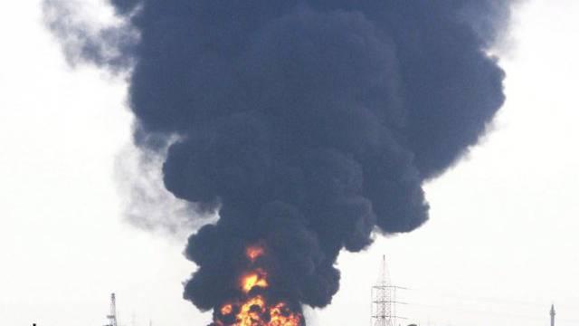Feuer nach einem Raketeneinschlag nah des Flughafens (Archiv)