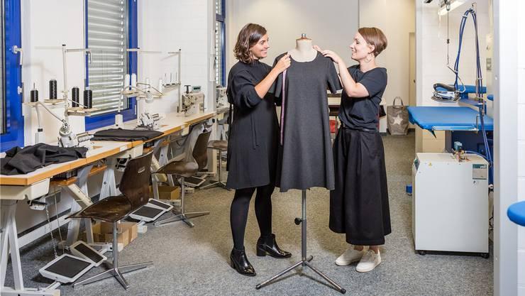 Martina Heldstab (30, l.) und Elisa Kalt (29) schneidern in ihrem Atelier in Döttingen fleissig für die erste Kollektion.