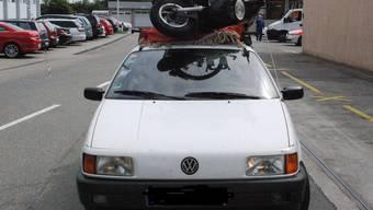Gefährliche Ladung auf einem Autodach