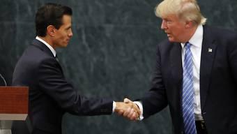 US-Präsident Donald Trump (rechts) und sein mexikanischer Amtskollege Enrique Peña Nieto (links) haben sich wieder einen Schlagabtausch wegen der Bezahlung der geplanten Grenzmauer zwischen ihren beiden Staaten geliefert. (Archivbild)