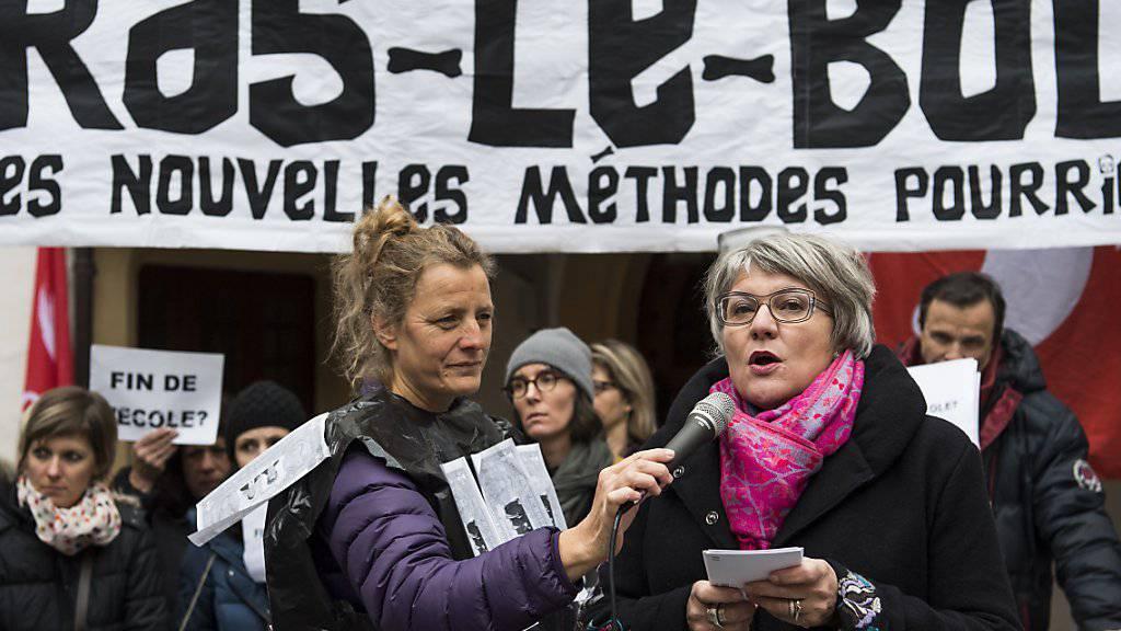 Die Neuenburger Regierungsrätin Monika Maire-Hefti (rechts) wurde am Donnerstag von den demonstrierenden Lehrern ausgebuht.