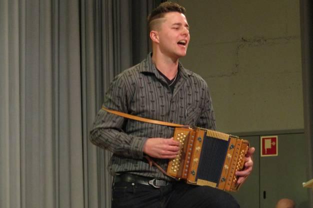 Mit den 5. und 6. Klässlern  sang und spielt Simon Lüthi ur Freude des Publikums