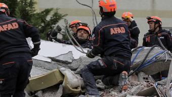 Türkische Rettungsteams suchen nach dem schweren Erdbeben in Albanien nach Verschütteten in Durres.