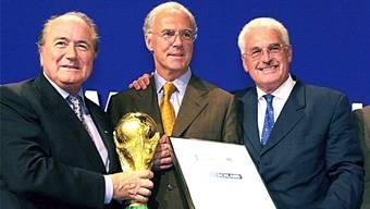 Heile Welt an der WM-Vergabe in Zürich im Juli 2000: Sepp Blatter (links) überreicht Franz Beckenbauer und Fedor Radmann (rechts) symbolisch den WM-Pokal.