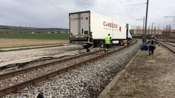 Der Lastwagen blieb auf einem Gleis der Regionallinie zwischen Orbe und Chavornay stecken.