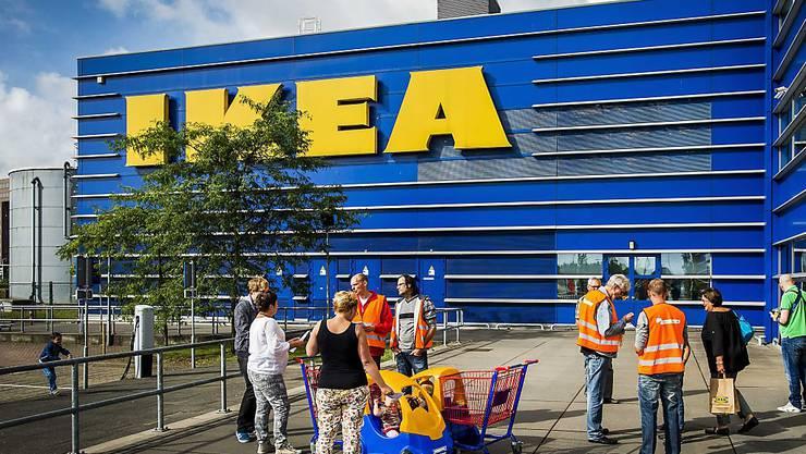 Die Onlinekonkurrenz und Investitionen für den Firmenumbau haben dem weltgrössten Möbelkonzern Ikea einen Gewinneinbruch eingebrockt. (Archiv)