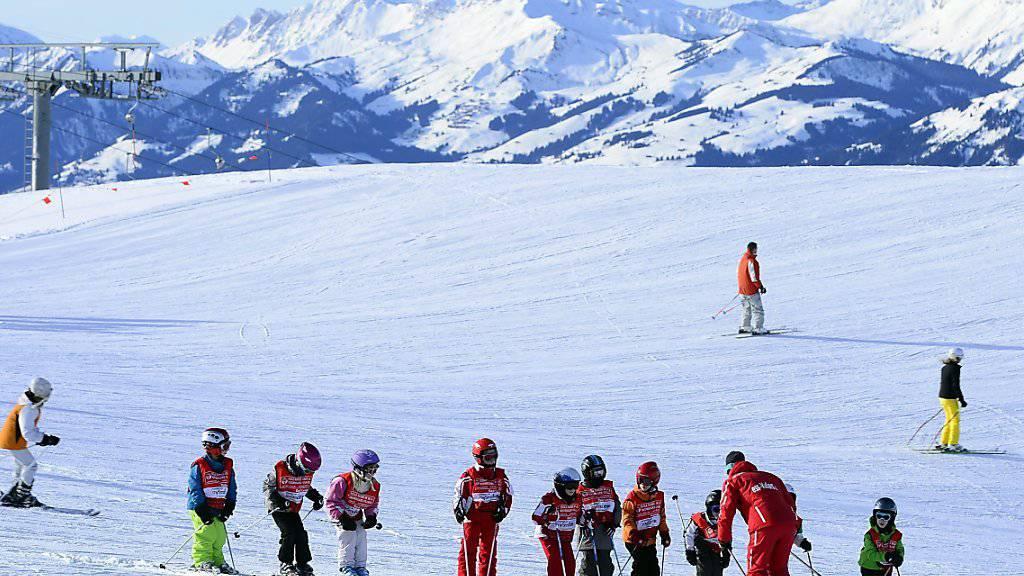 Die Walliser Skischulen sollen neu gebüsst werden können, wenn sie die Anforderungen bezüglich Ausbildung nicht erfüllen. (Archivbild)