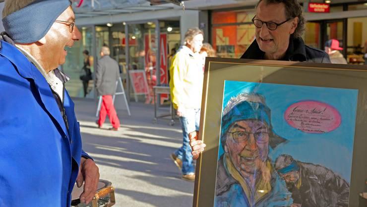 Der Badener Stadtammann Geri Müller (im Bild rechts), Attila Herendi und andere treue Kunden übergaben am Samstag «Marronimaa» Lorenzo Campana das Gemälde mit Worten der Dankbarkeit.