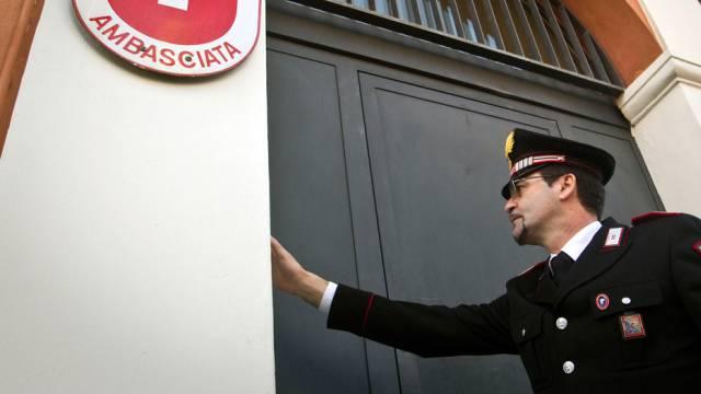 Italienischer Carabinieri vor Schweizer Botschaft in Rom (Archiv)