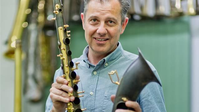 Besuch im Atelier des Instrumentenbauers Thomas Inderbinen, welcher aktuell vier Instrumente für Robbie Williams baut.