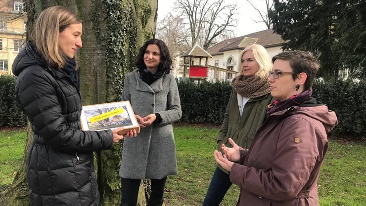 Andrea Rüegg erhält die Unterschriften von Gabriela Suter, Eveline Schürmann und Tonja Zürcher (v.l.).