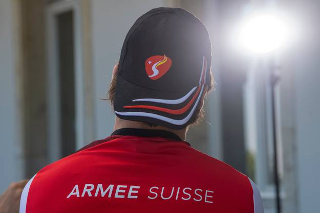«Armee Suisse» steht auf Nico Hischiers Bekleidung.