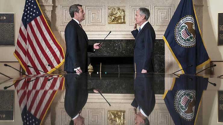 Der Vize der US-Notenbank Fed, Randal Quarles (links), hat sich am Freitag in Washington erfreut über die ersten Ergebnisse von US-Stresstests bei 18 Grossbanken gezeigt. (Archivbild)