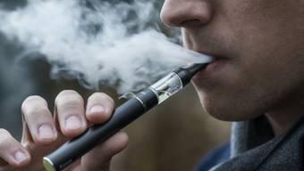 E-Zigaretten-Raucher sind immer häufiger anzutreffen (Symbolbild)