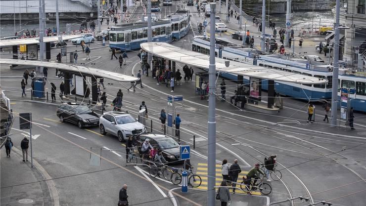 Am Central in Zürich kreuzen sich Fussgänger, Pendler, Automobilisten und Benutzer des öffentlichen Verkehrs. Keystone