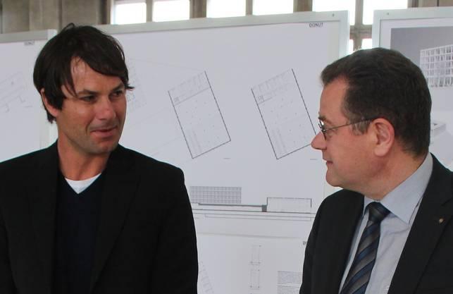 Architekt Philipp Schenker und IBAarau-CEO Hans-Kaspar Scherrer (rechts) stellen das Projekt vor.