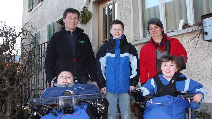Die Eltern Christian und Judith Weber mit ihren Kindern Silvan (10), Roman (11) und Nadja (8, von links). aw