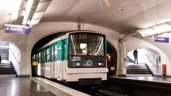 In einem Zug der Pariser Metro hat eine Frau einen Buben zur Welt gebracht. (Archivbild)