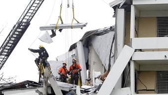 Rettungskräfte in den Trümmern nach der Explosion des Wohnhauses in Pratteln im April 2012. Der Prozess rund um die Explosion hat am Montag begonnen. (Archiv)