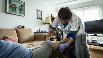 Offenbar gehen mehr Leute ins Altersheim, was bei der Spitex Gäu zu weniger Pflegestunden zu Hause führt.(Symbolbild)