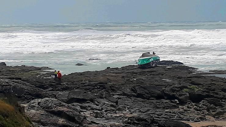 Das umgedrehte Boot der französischen Seenotrettung am Atlantikufer bei Les Sables d'Olonne.