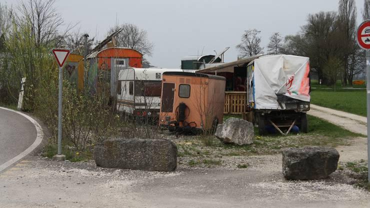 Wo der Feldweg der Oberhofstrasse von der Grabackerstrasse abzweigt beginnt das Camp der Wagabunten.