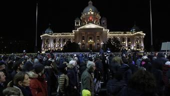 In Belgrad sind am Samstagabend viele Menschen auf die Strasse gegangen und haben gegen ihre Regierung demonstriert.