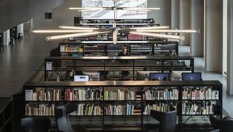 Weniger physische Bücher, mehr elektronischer Lesestoff: Schweizer Bibliotheken. (Symbolbild)