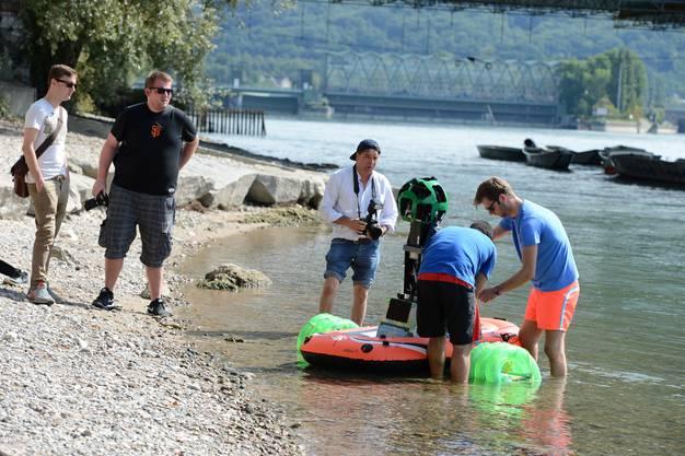 Für Streetview filmt Google im Rhein.