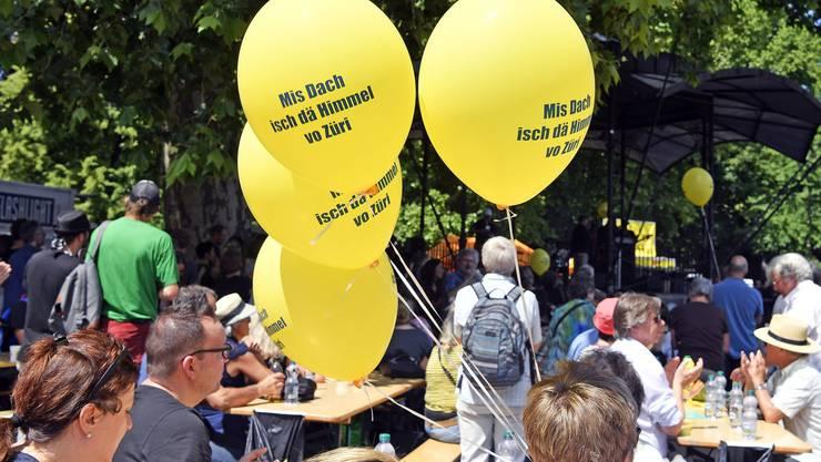 Zahlreiche Menschen verfolgen die Gedenkveranstaltung für Pfarrer Ernst Sieber auf dem Zürcher Platzspitz am Samstag, 2. Juni.