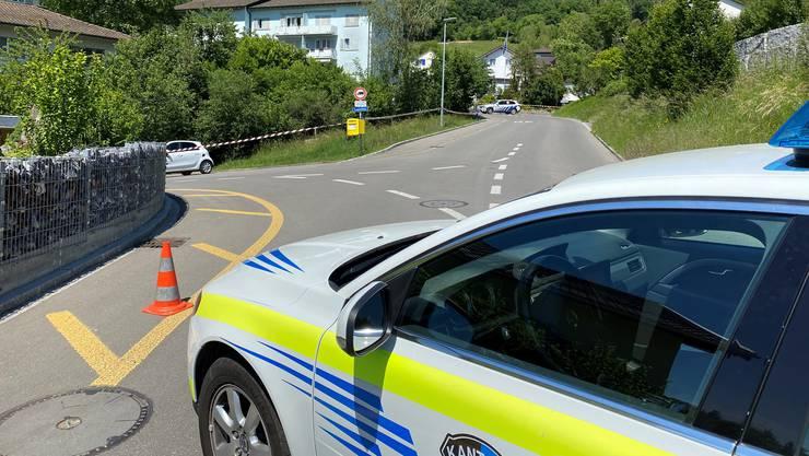 Die Polizei im Einsatz an der Kreuzung Flüestrasse/Schwändiweg.