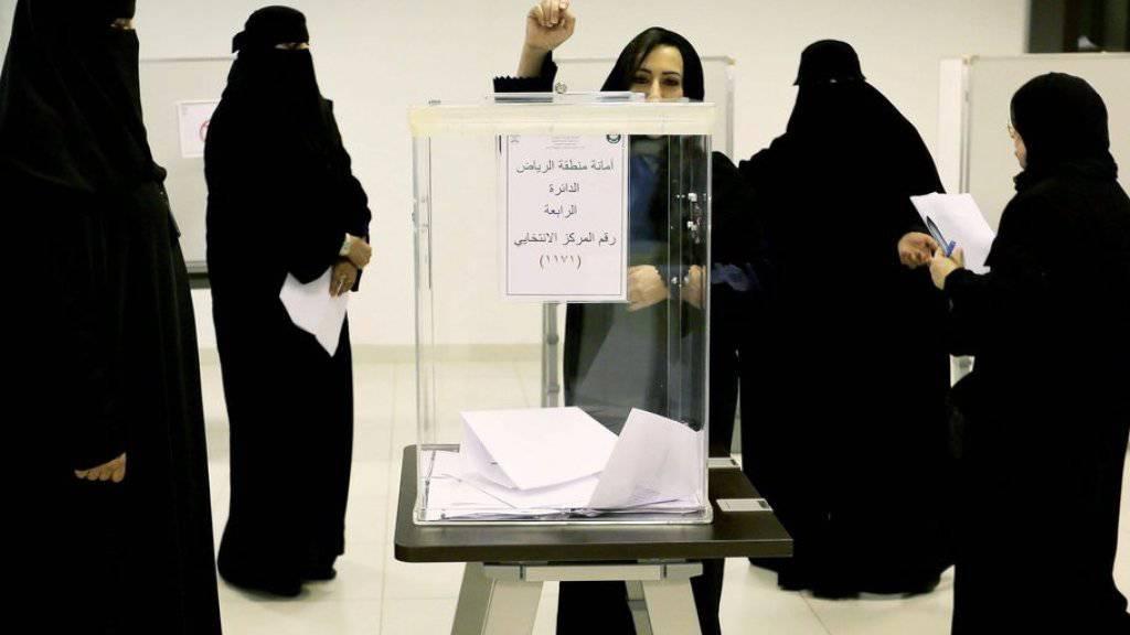 Saudische Frauen am Samstag in Riad beim Wählen.