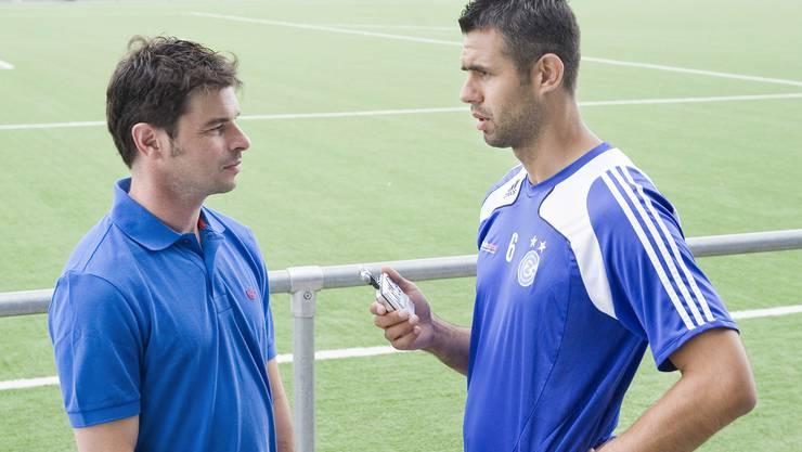 Gelassen: Die Vorbereitung bei GC ist sehr gut verlaufen, und so strahlt Trainer Ciriaco Sforza (links) im Interview mit Verteidiger Boris Smiljanic viel Zuversicht aus. (Tanja Demarmels)