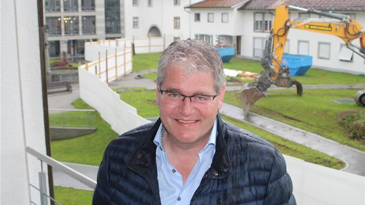 Die Bagger stehen bereit: Spitaldirektor René Huber vor der Baustelle für den Pflegeheim-Neubau. dws