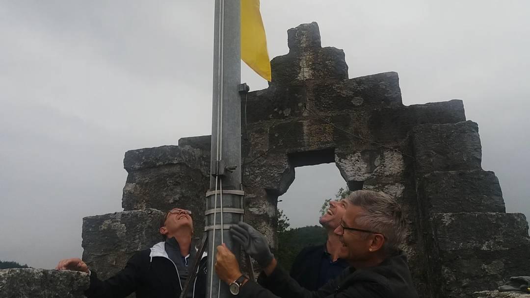 Premiere: Auf der Ruine Stein weht die Ennetbadener Fahne