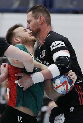 HSC-Routiner Martin Prachar (r.) im Zweikampf mit Wacker-Topskorer Ivan Wyttenbach.