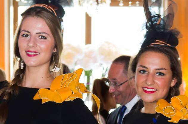 Carleen Emmerzael und Vivienne Raijmakers überreichten den Gästen Champagner-Gläser.