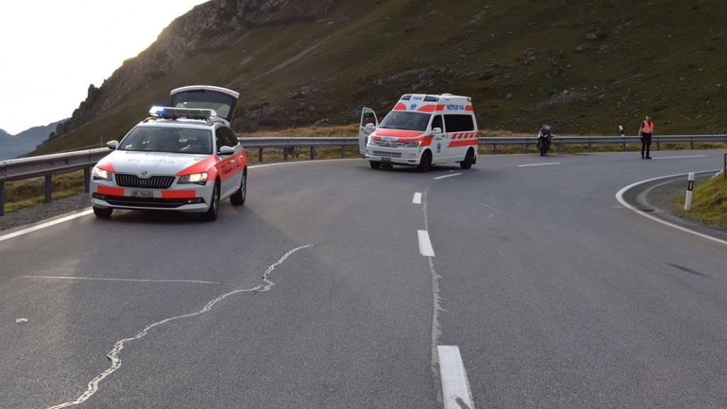 Eine 25-jährige Motorradfahrerin verletzte sich bei einem Unfall auf der Julierstrasse mittelschwer.