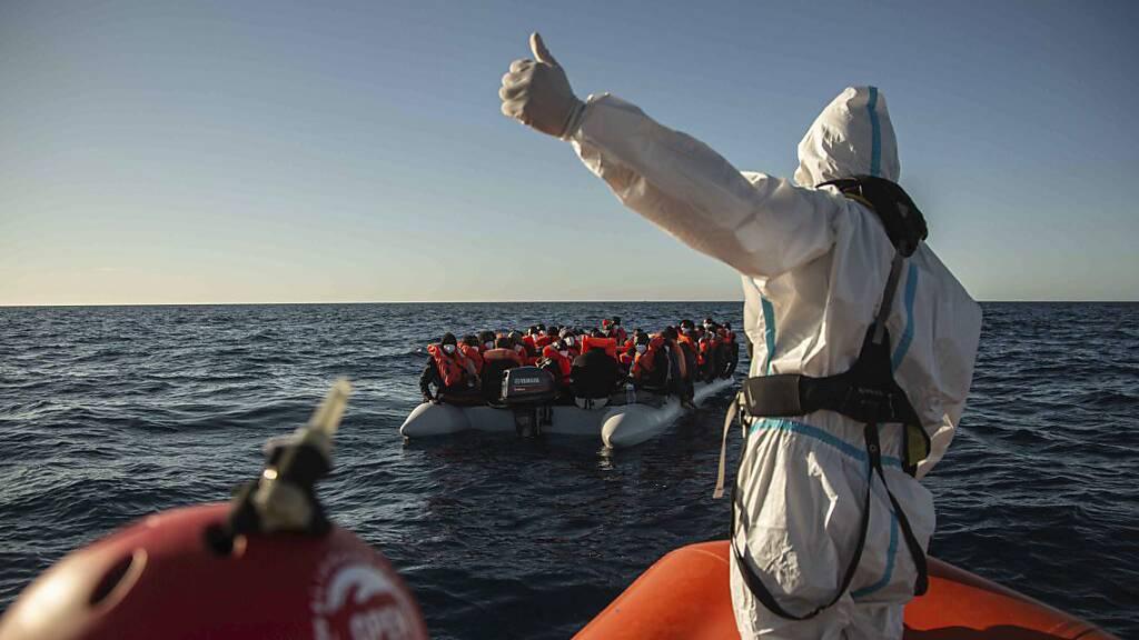 Rettungsschiff mit mehr als 320 Flüchlingen darf in Sizilien anlegen