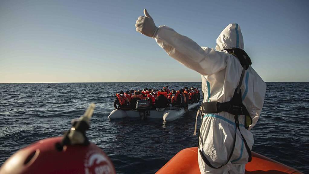 Ein Mitarbeiter NGO «Open Arms» vor der libyschen Küste gestikuliert in Richtung eines überfüllten Schlauchbootes, auf dem sich Migranten aus verschiedenen afrikanischen Ländern befinden. (Bild vom 6. Februar)
